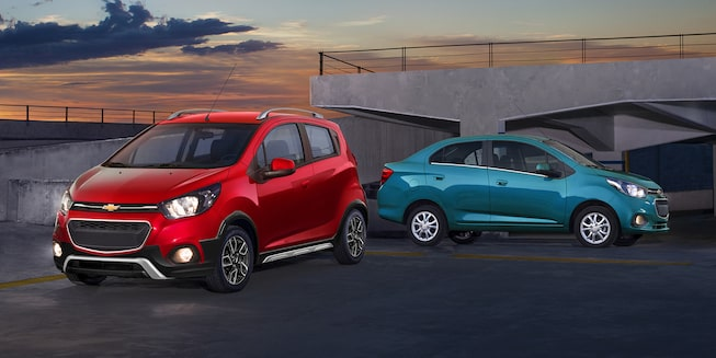 Chevrolet Beat Notchback 2020, sedán en color azul caribe y uno en color rojo granada